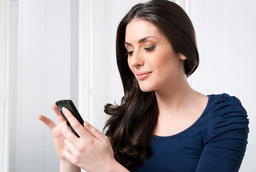 美容室を検索する女性