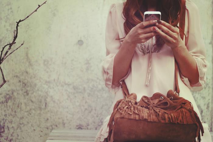 携帯を触る女の子