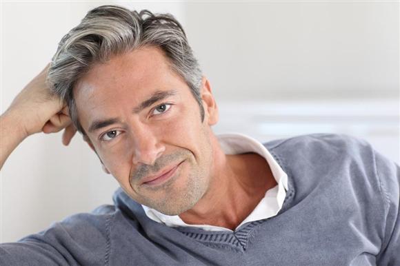 白髪の似合う男性
