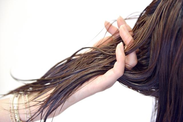 髪を濡らす