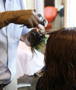 美容院でヘアカラー