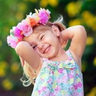 cute_girl_with_flowers_wreath-t3-304x191