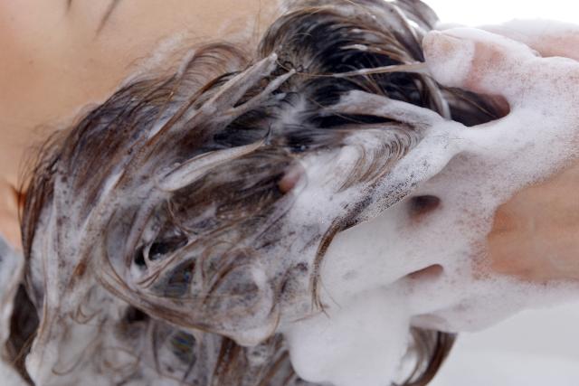 頭皮をマッサージしながらシャンプー