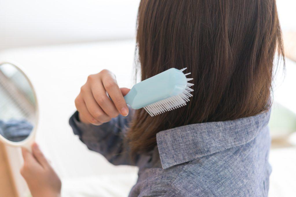 髪を梳かす