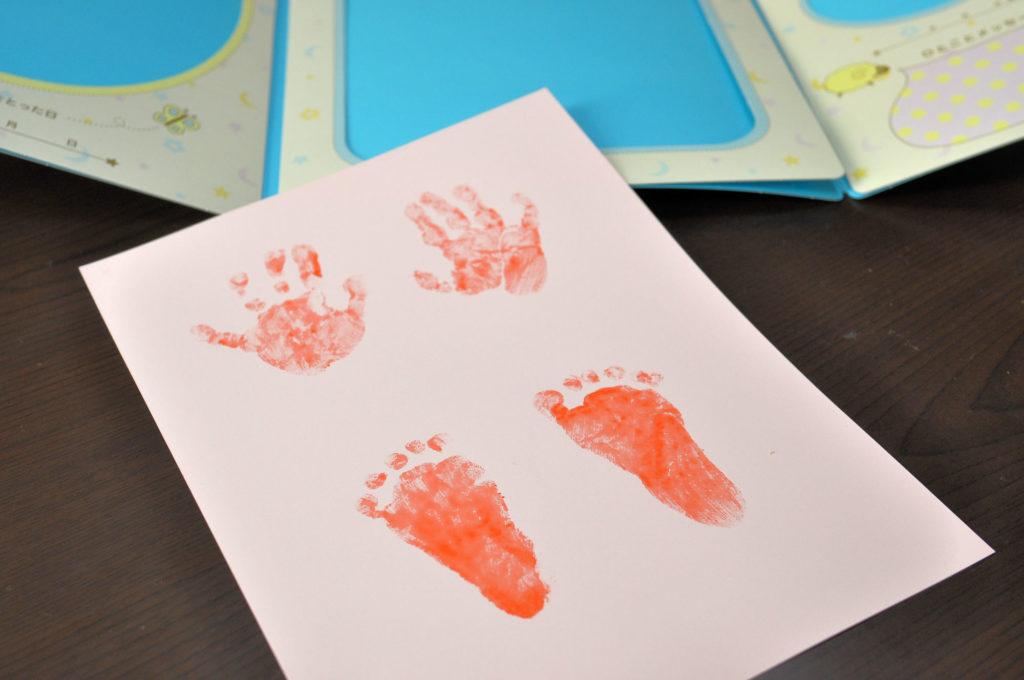 子供の手形や足形をつけてプレゼントする