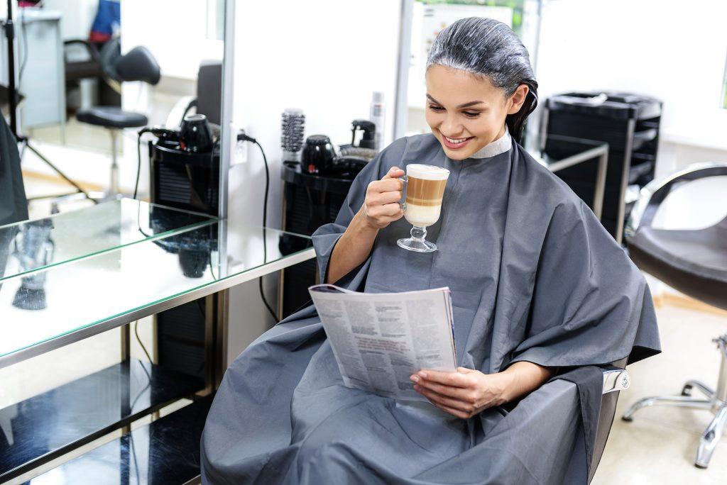 美容師さんが全て行ってくれるから、自分で準備や後片付けをする手間が省け、衣服などが汚れる心配もありません。