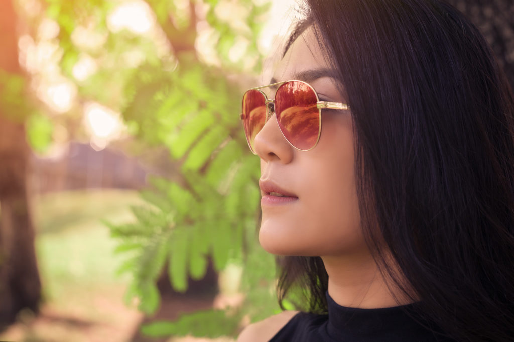眼からの紫外線の侵入を防ぐために、UV加工の施されたサングラスをつけることが日焼け防止につながってきます。