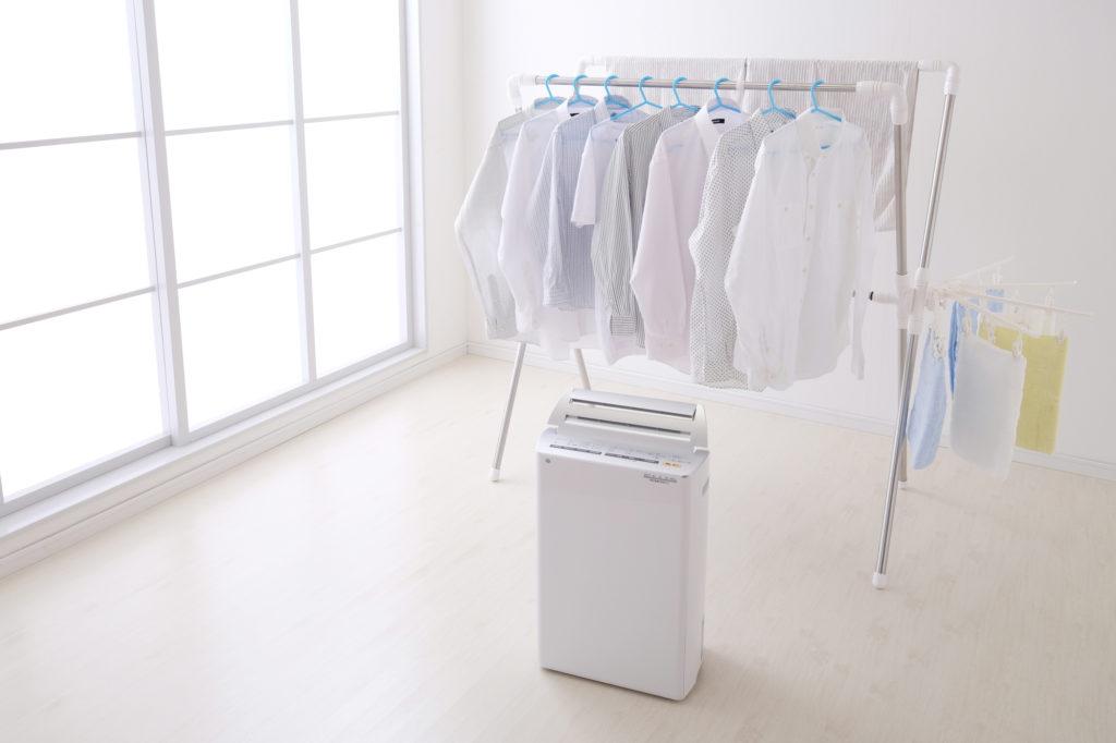 湿気を下げるために、除湿器やエアコンの除湿モードを利用しましょう。