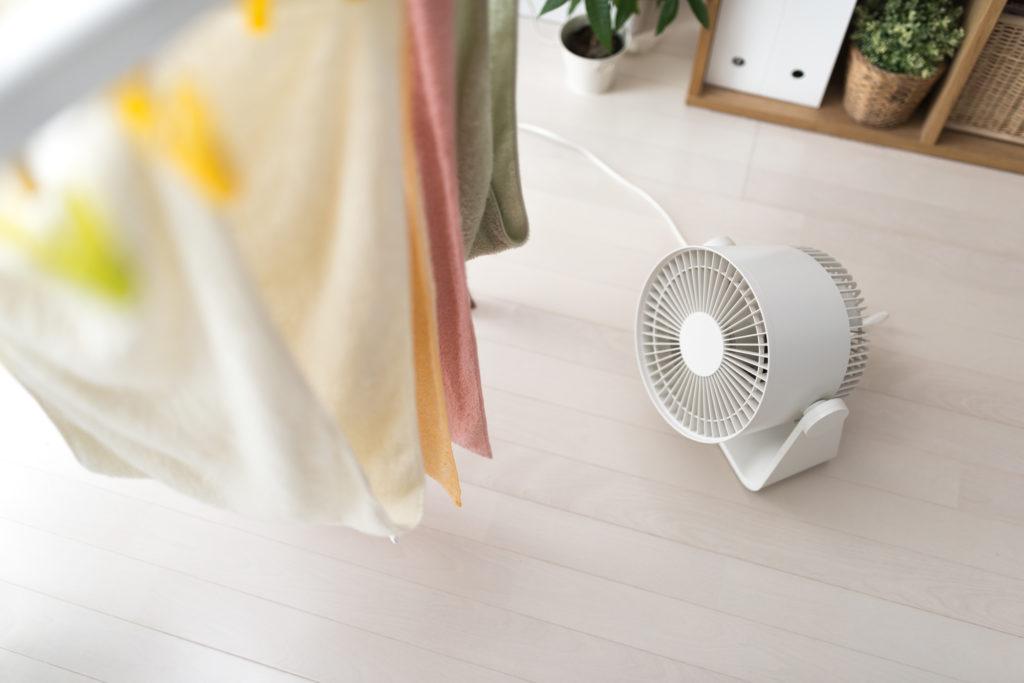 風通しをよくするために、扇風機やサーキュレーターを使うのもひとつです。
