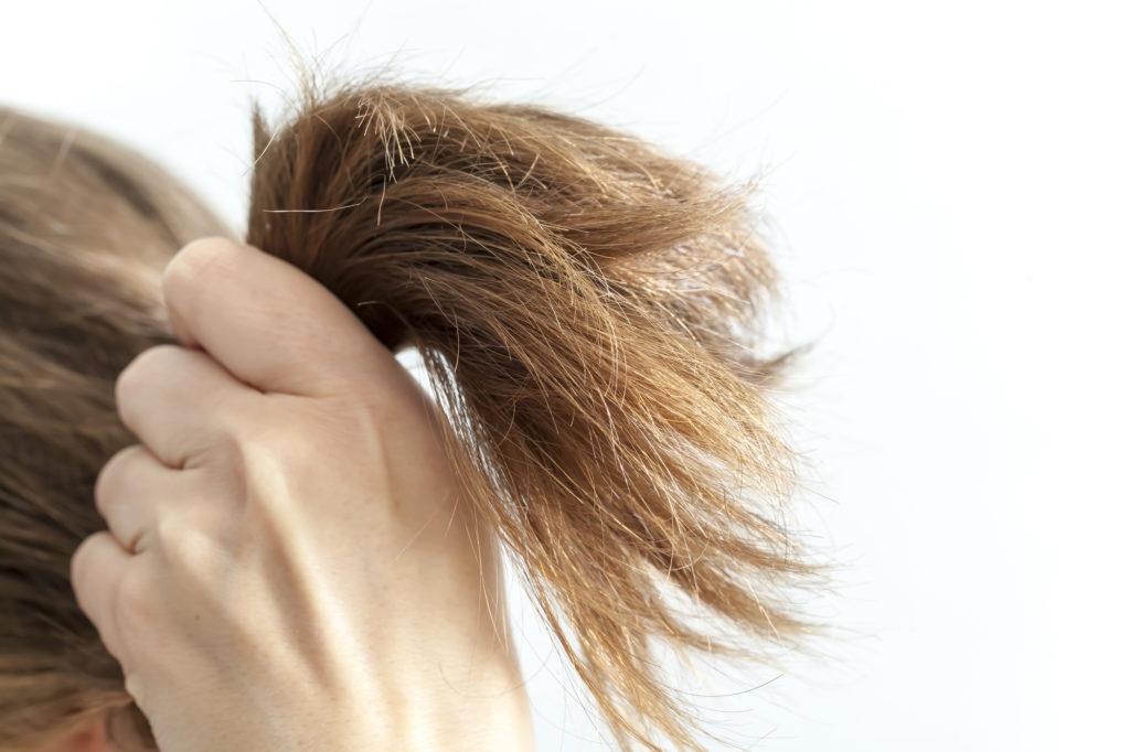 毛先のパサパサを治したい!原因と改善におすすめのアイテム紹介!