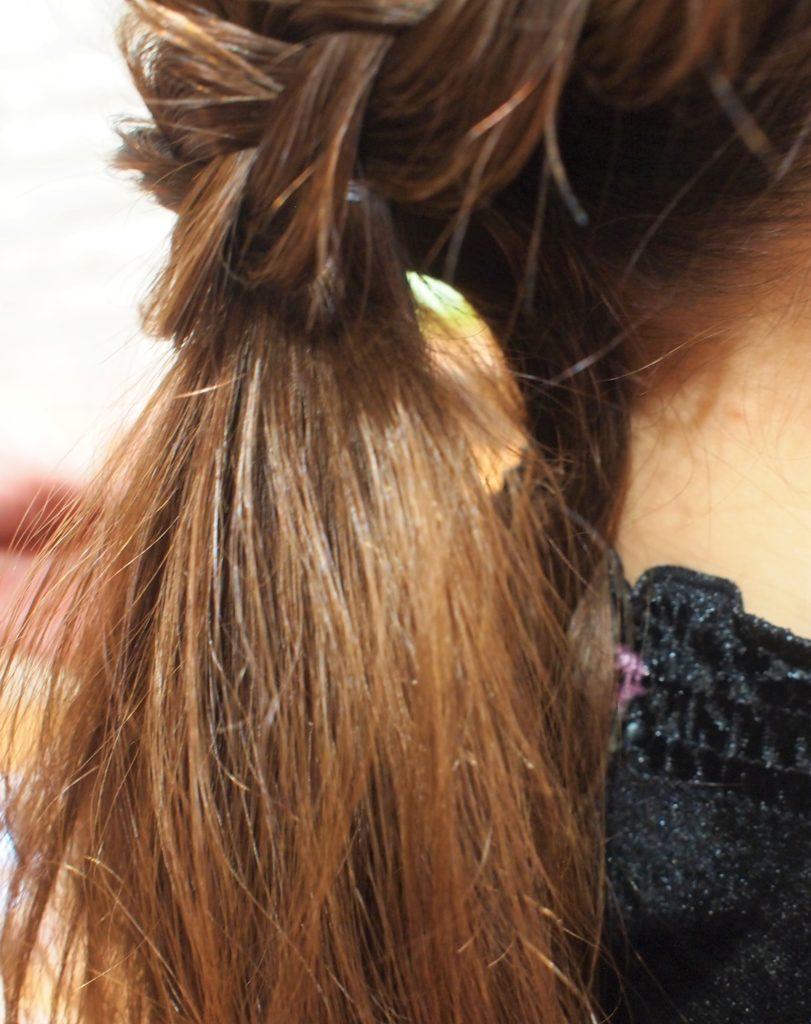 毛束をヘアピンで固定