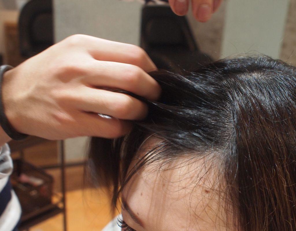前髪を水で濡らす