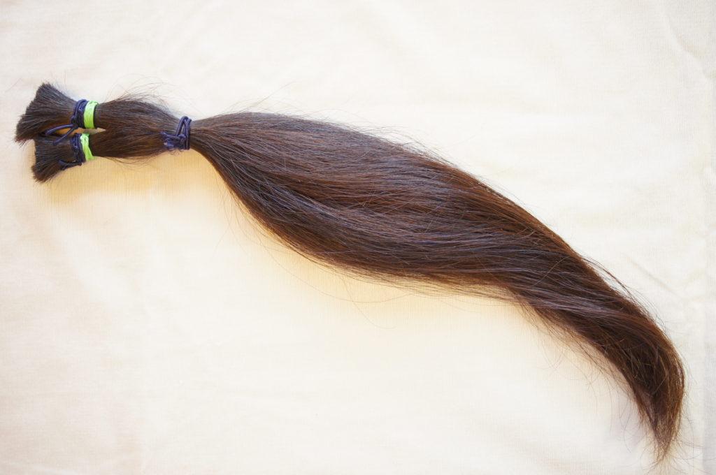 ゴムで縛った髪