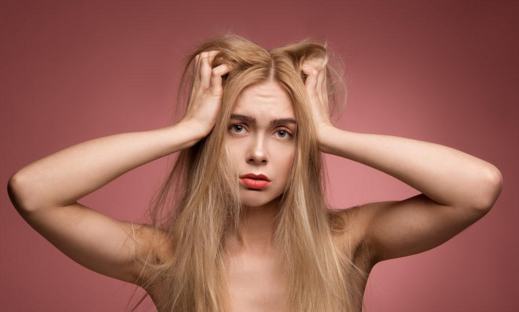 髪がきしむ