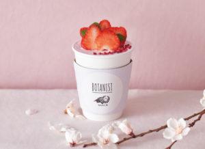 苺のデコレーションホットチョコレート