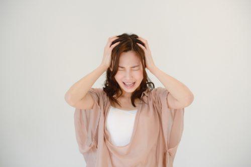白髪がかゆいのは頭皮トラブル?原因と対策を徹底解剖