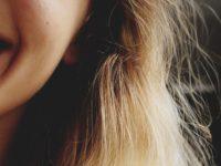 髪の表面にチリチリした毛が表れる原因と対策方法6選